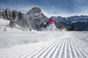 ski-fahrerin-sciatrice-con-sassongher-su-pista-vergine